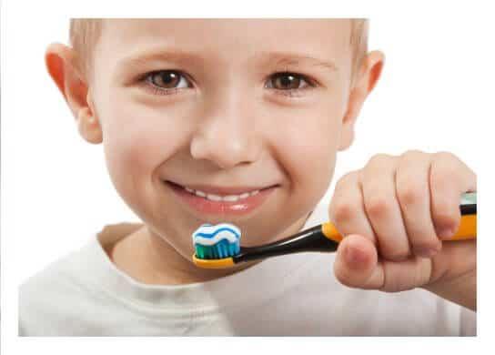 Junge putzt sich die Zähne